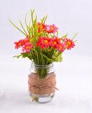 Margarita hecha a mano de la flor en la botella de cristal con agua del Faux
