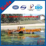 Водоросли гиацинта воды собирая снаряжение лодки
