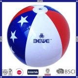 Cabritos que juegan la bola de playa con Logo&Color modificado para requisitos particulares