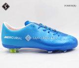 Ботинки футбола ботинок спортов людей способа напольные