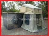 別館および反カのネットが付いている屋根の上のテント
