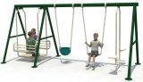Jogos ao ar livre do balanço do metal dos miúdos do campo de jogos