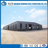 Oficina industrial da construção de aço com guindaste