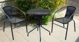 Os restaurantes ajustaram a mobília ao ar livre do jardim que empilha cadeiras & tabelas do Rattan