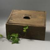 Caixa de armazenamento de madeira do vintage antigo no Pinewood