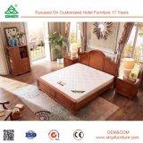 標準的な型様式の純木のダブル・ベッドは純粋なクルミの木製のベッドの足を設計する