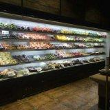 As bebidas do supermercado abrem o refrigerador refrigerando dos especialistas das técnicas mercantís