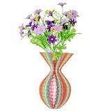 Chapeaux et vase de papier colorés pour la décoration