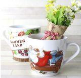 スプーンが付いているバルク白い陶磁器のコーヒーカップ
