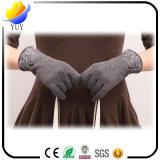 Calentar los guantes hechos punto de la pantalla de las lanas en invierno