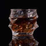 一致のウィスキーガラスが付いている水晶ウィスキーのデカンター