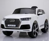 Conduite 2016 autorisée par gosse neuf sur la porte ouverte d'Audi Q7 de jouet de véhicule