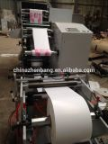 Impressão de Flexo de duas etiquetas da cor e máquina cortando