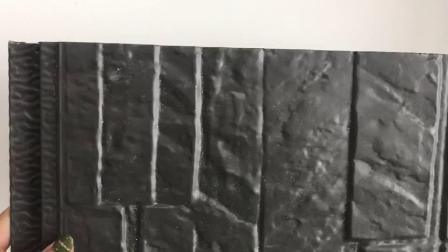 Черный металлический наружный провод фиолетового цвета стены деревянных панелей в сегменте панельного домостроения в здании Fascade