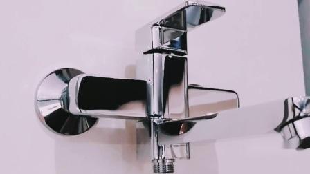 Quadrati di lusso fissati al muro scelgono il rubinetto d'ottone del miscelatore del bagno della maniglia
