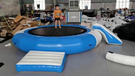 ウォーターファンのためのスライドが付いている膨脹式浮遊トランポリン