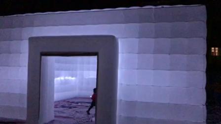 2 層白色膨張キューブテント、照明付き