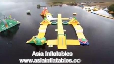 Salto de trampolín de inflables parque de atracciones de agua con piscina