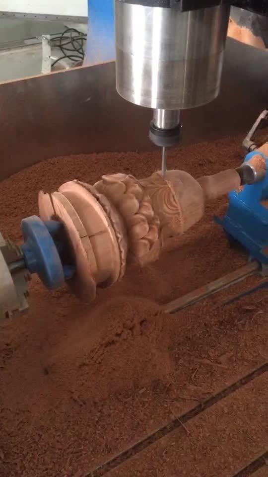 Hölzerne Mittellinie CNC-Gravierfräsmaschine des Fräser-4 für das zylinderförmige Schnitzen