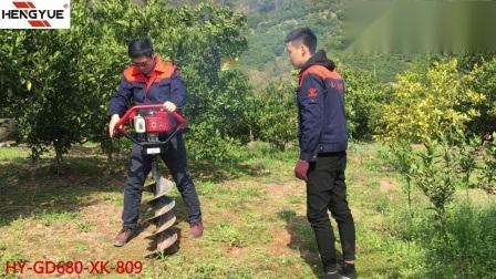 l'uomo 1 o 2 fa funzionare la macchina della coclea di terra con un motore dei 4 colpi