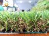 Зеленая искусственная трава имитирует пряжу травы природы весны