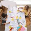 Kind-abgehobener Betrag auf Wegwerfpapiertischdecke mit dem PET lamelliert