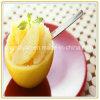 Metades da colheita xarope claro em pêssegos amarelos enlatados
