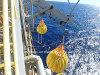 Essai de charge de grue portative et de bateau de sauvetage soulevant des sacs de poids de l'eau