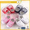 La source modèle les chaussures de bébé occasionnelles antidérapantes de chaussures d'enfants de chaussures de toile