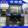 Trattore agricolo del campo di risaia con le più alte ruote idrauliche