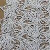 Tela blanca del bordado del poliester del color para la materia textil o la ropa