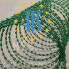 Колючая проволока бритвы зеленого цвета покрытая