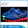 最上質LEDは人の靴の運動靴をつける