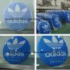 Adidas DEL a illuminé le signe formé par vide en aluminium de bâti