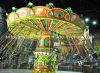 O equipamento do parque de diversões do passeio do Kiddie monta cadeiras do vôo