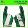 Uma mão grande da espuma do dedo com a bandeira nacional de Nigéria