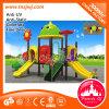 Campo de jogos ao ar livre do teatro das crianças com corrediça
