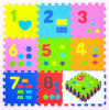 Bambino che gioca le stuoie pratiche di puzzle delle stuoie