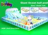 海洋の球との巨大で膨脹可能な運動場の障害
