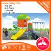 Kind-Plastikspielzeug-im Freienspielplatz, der Vorstand schiebt