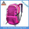 Aumento di campeggio di corsa di sport pratici di ginnastica che si arrampica facendo un'escursione lo zaino del sacco
