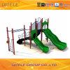 Im Freienspielplatz-Gerät mit Herausforderungs-Strichleiter