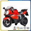 オートバイを運転しているおもちゃ様式の子供のプラスチックタイプそして乗車