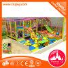 La gymnastique de jungle d'enfant en bas âge badine la cour de jeu d'intérieur de fort vilain