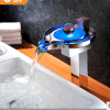 Light Color Light Color Art Glass Wash Basin Waterfall Faucetの2015銅のBasin Faucet LED