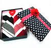 Коробка подарка полотенец любовника с подняла