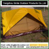 Thailand-Bügel-Mönch, der das billig 2 Personen-kampierende Zelt verwendet