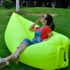 Воздушный матрас кровати воздушной подушки спать солнечности пляжа ся праздника раздувной складывая