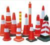 Le cône orange rouge de circulation s'est plié pour le signe de voie de route de sûreté