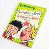 子供は懸命に本を覆う